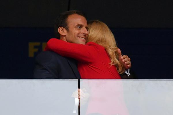El presidente de Francia, Emmanuel Macron y la presidenta de Croacia Kolinda Grabar-Kitarovic, se abrazan al final del partido