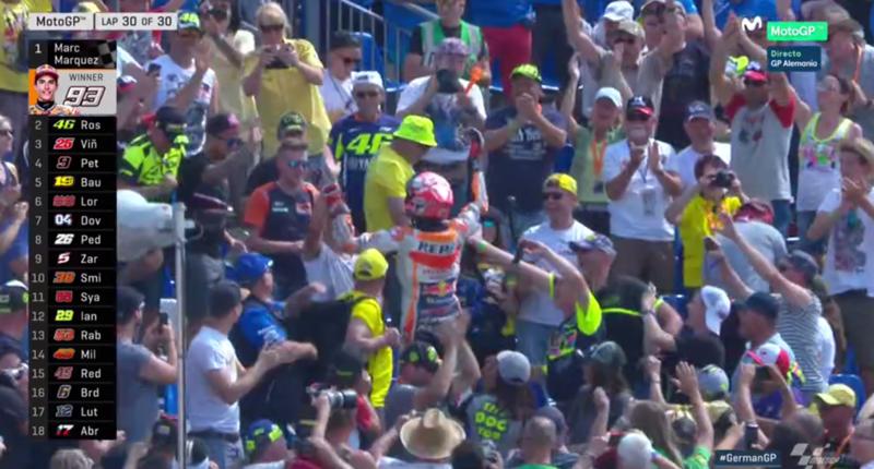 Marc Márquez celebra la victoria con el público.