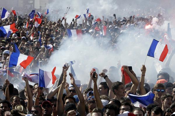 Aficionados franceses de Marsella celebran en las calles de su ciudad la consecución de la segunda estrella