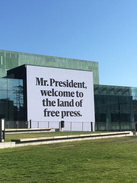 Trump och Putin möttes, förutom av väldigt många nyfikna människor, också av budskap om bland annat fri press.