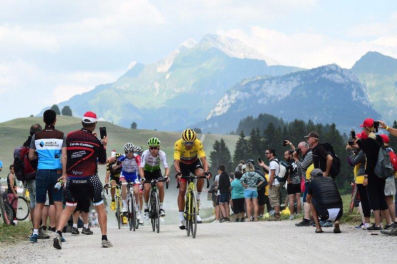 Greg Van Avermaet (BMC) lucha en la fuga para reducir la ventaja de Rein Taaramae. El belga ha salvado el tramo de tierra sin problemas y puede mantener hoy el maillot amarillo en el Tour de Francia