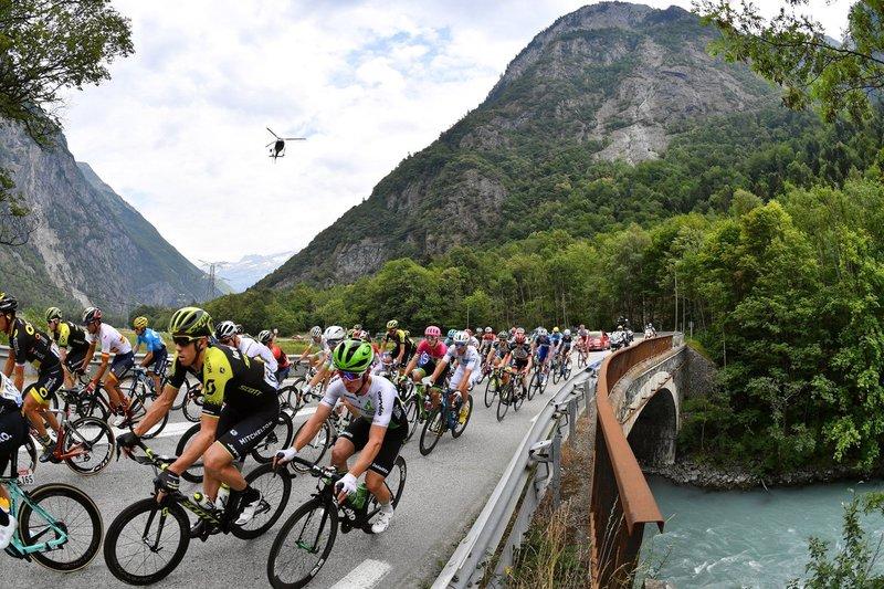 El pelotón del Tour de Francia poco a poco se aleja de las montañas para dirigirse a Valence