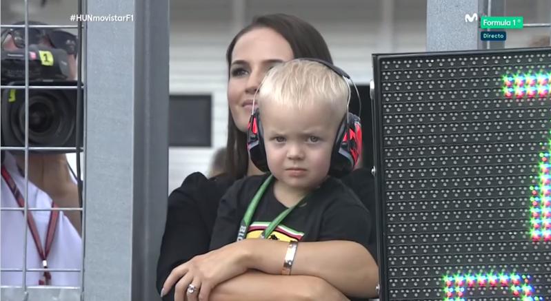 Mujer e hijo de Raikkonen esperando el inicio de la carrera.
