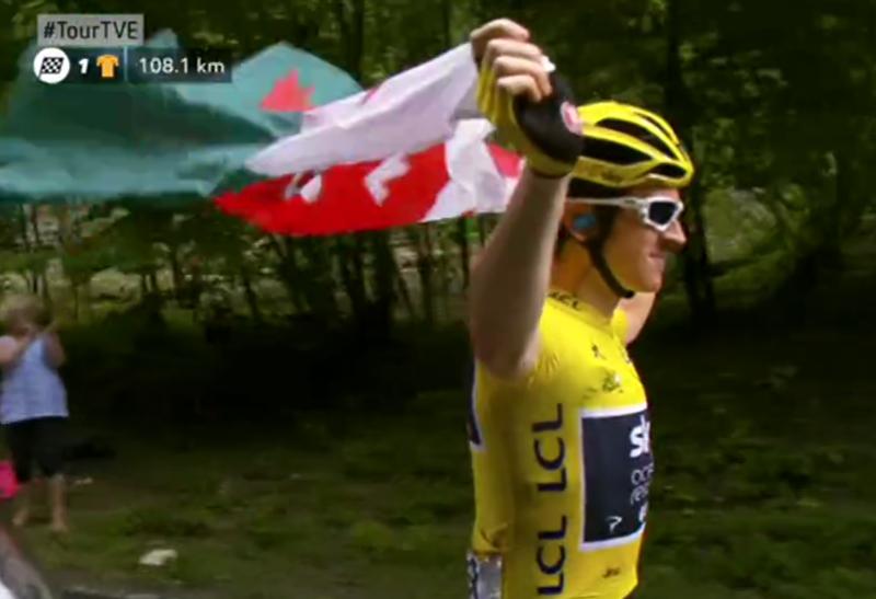 Geraint Thomas haciendo ondear la bandera de País de Gales por las carreteras francesas