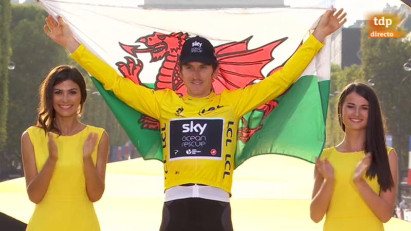 Geraint Thomas, con la bandera de Gales, festeja su primer Tour de Francia