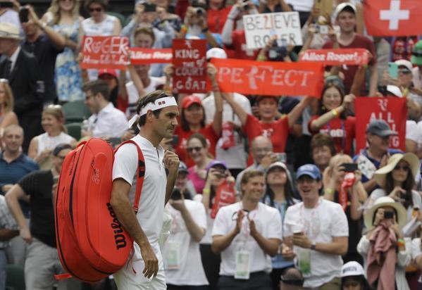 Pasión en la grada de la pista central de Wimbledon por Roger Federer. Es su vigésima presencia consecutiva en el torneo, un récord en la Era Open del torneo FOTO: GETTY