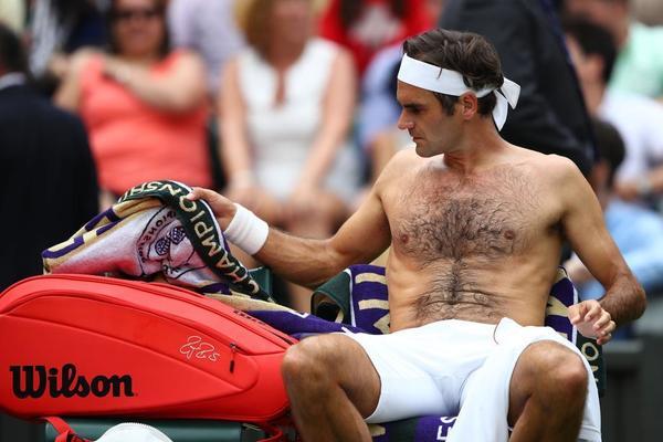 Roger Federer, cambio de camiseta. Suda por el día de calor y humedad. Porque está danzando sobre la hierba londinense FOTO: AP