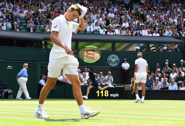 Alex de Miñaur, debutando en la central de Wimbledon a sus 19 años y contra un ex doble campeón y actual nº 1 mundial. Quería disfrutar del momento, pero no resulta fácil FOTO: EFE