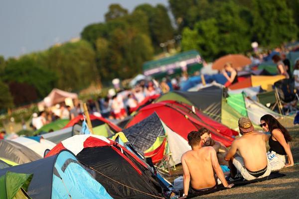 La famosa y ya tradicional cola de Wimbledon. La gente acampa durante horas, noche incluida, para conseguir una entrada FOTO: GETTY