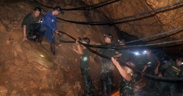 8 adolescents extraits de la grotte inondée — Thaïlande