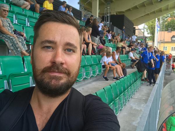 Reporter Kristofer Carlsson på plats bland publiken.