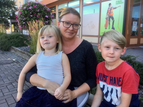Anna Jonsson hoppas att politikerna på Hammarö ser över barngruppernas storlek och gärna anställer fler.  - Man vet ju att det är hög arbetsbelastning för förskollärare. Vad är din erfarenhet av förskolan? - Våra barn, Melvin och Maja har trivts jättebra på sin förskola Mörtvägen, säger Anna Jonsson.