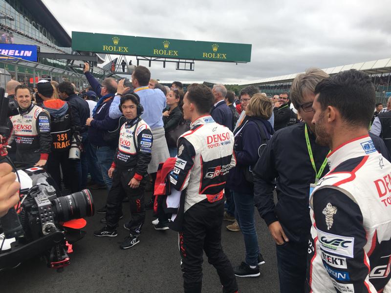 Ahí están. Los hombres de la pole miran como todo el mundo está centrado en Alonso. Hay una auténtica 'Alonsomanía' en Silverstone.