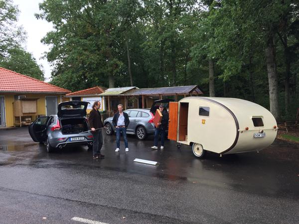 Husvagnen på plats i Borghamn. Mikko Lindskog, Benny Karlsson och Carl Bruno Tersmeden riggar upp!