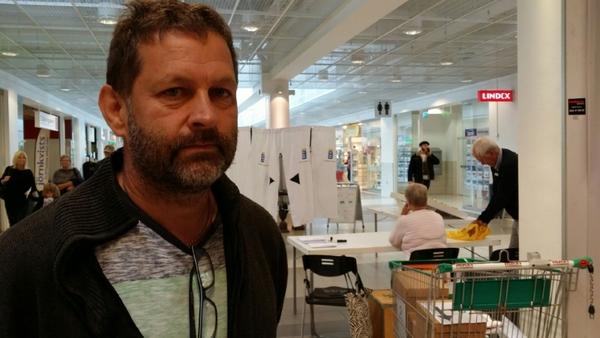 Mats Kankainen, Skummeslövsstrand berättar varför han valt att förtidsrösta: - Det är skönt att få det gjort och så vet jag inte om jag är hemma på valdagen. Fråga: Varför är det viktigt att rösta? - Det är viktigt att få sin åsikt hörd och på något sätt hjälpa till.