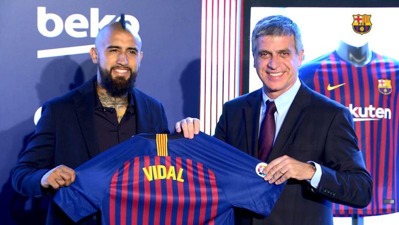 Arturo Vidal ya posa con la camiseta del FC Barcelona.