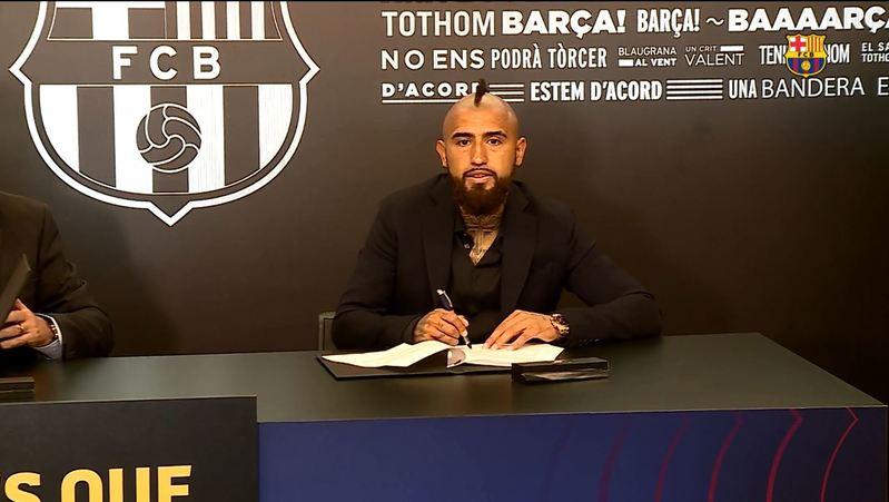 Arturo Vidal firma su contrato con el Barça