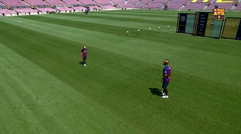 Padre e hijo sale a jugar en el Camp Nou