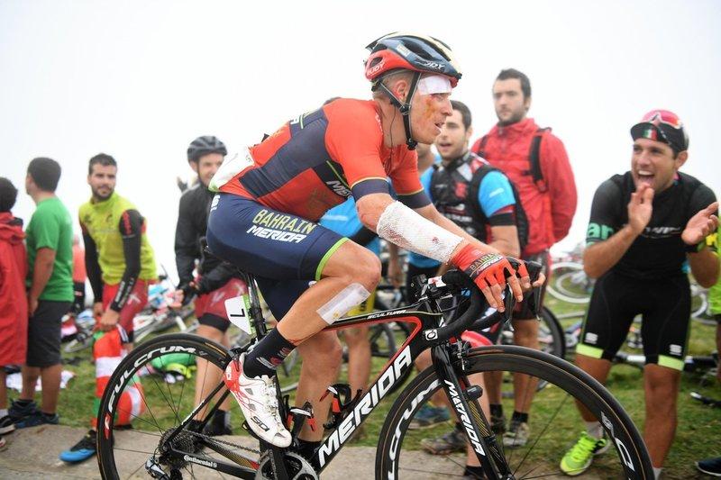 HERMAN PERNSTEINER (Bahrain) sufrió ayer una dura caída y no ha podido tomar la salida en esta 18ª etapa de la Vuelta a España 2018