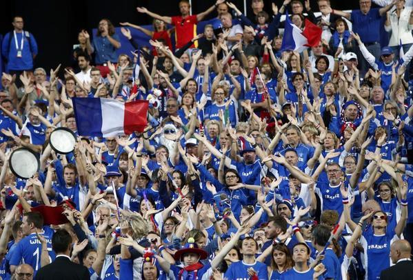 La afición 'bleu', que ya vio el año pasado en este escenario como Francia ganaba su décima ensaladera de plata primera FOTO: AP