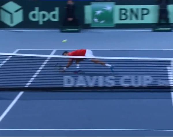 Roberto Bautista tirándose al suelo a por la volea. Y con éxito.
