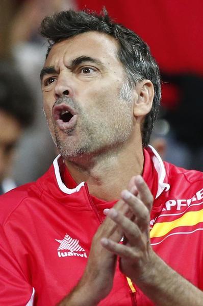 El capitán español Sergi Bruguera, ardua tarea para levantar a Carreño FOTO: AP