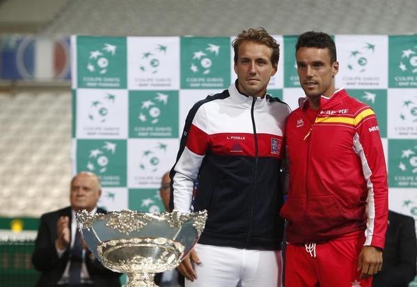 Lucas Pouille y Roberto Bautista, ayer en el sorteo. El nº 1 francés y el nº 2 español se enfrentan a continuación. Calentando. FOTO: AP
