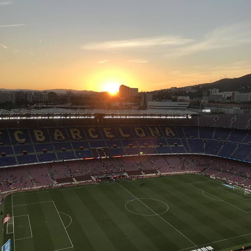 Así se veía el Camp Nou hace un rato durante la puesta de sol