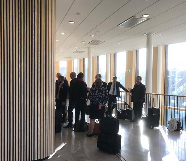Advokaterna samtalar före rättegångsstarten.