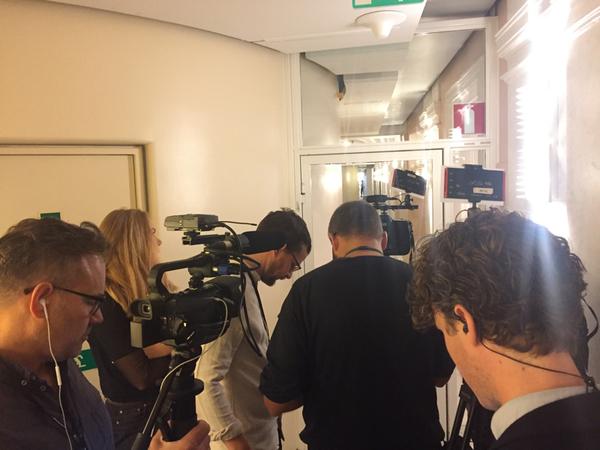 Bakom den där dörren, mot vilken kamerorna är riktade här i riksdagshuset i Stockholm, ligger talmanskorridoren. Där inne finns talman Andreas Norlén på plats i det rum där han kommer att hålla sina samtal i dag.