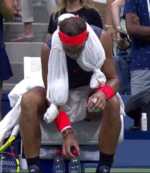 Rafa Nadal sólo utilizó el chaleco de hielo durante el primer set. Vuelve a los métodos tradicionales, el collarín de hielo, mucha hidratación y los ventiladores que ofrece la organización al jugador que así lo desee.