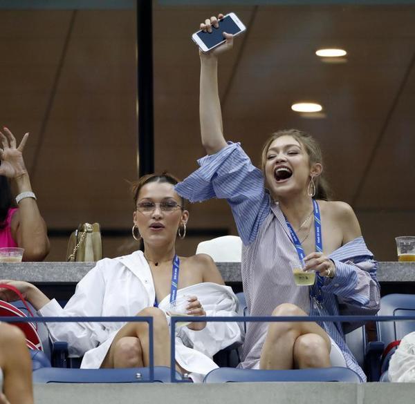 La modelo Bella Hadid y su hermana Gigi, en un box del Arthur Ashe Stadium. Los VIPS se dejan ver sobre todo en las jornadas nocturnas FOTO: AP