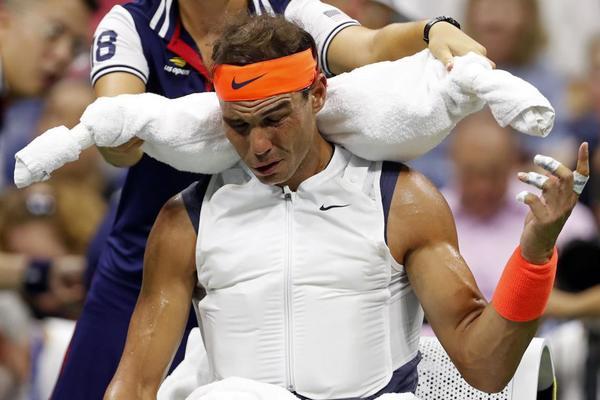 Rafa Nadal, aplicándose hielo con el chaleco especial diseñado por Nike y con las toallas típicas en el cuello. Calor y humedad en Nueva York FOTO: AP