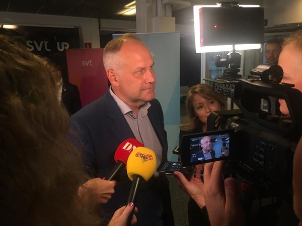 Nu är även Jonas Sjöstedt (V) på plats på SVT.
