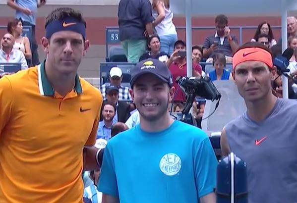 Juan Martín del Potro y Rafa Nadal posan junto al invitado especial de la ceremonia del sorteo de esta primera semifinal del open USA