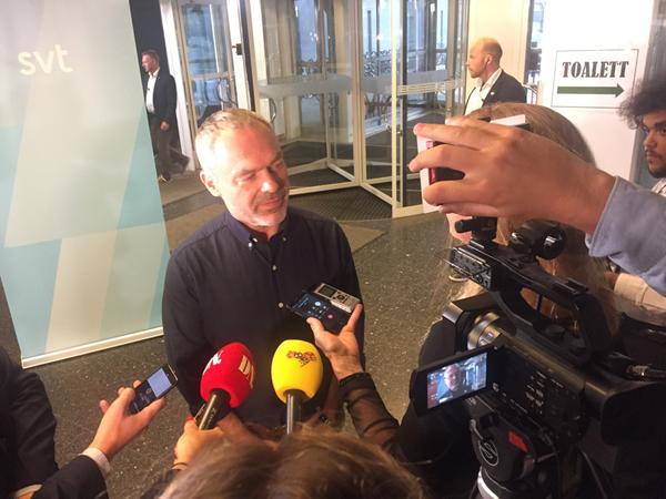 Vi måste sänka skatterna, säger Liberalernas Jan Björklund på väg in.