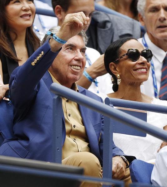 Para VIP en la central, cómo no, el legendario Manolo Santana, que no se pierde un partido en compañía de su pareja Claudia FOTO: EFE