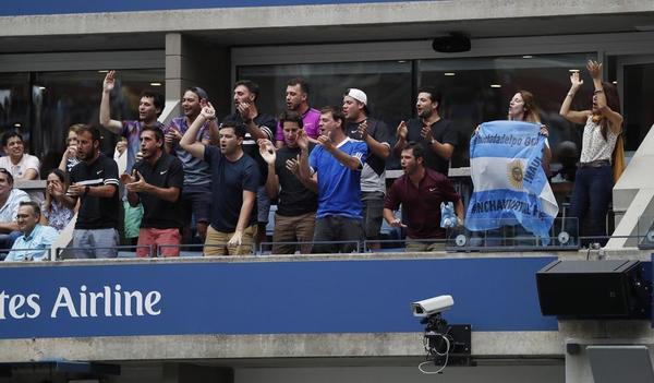 Un grupo de aficionados argentinos animando a Del Potro en uno de los numerosos palcos del Arthur Ashe Stadium. Todo un nivel de box para empresas rodeando íntegramente la instalación fija de tenis con más capacidad del mundo, por encima de las 23.000 personas FOTO: EFE