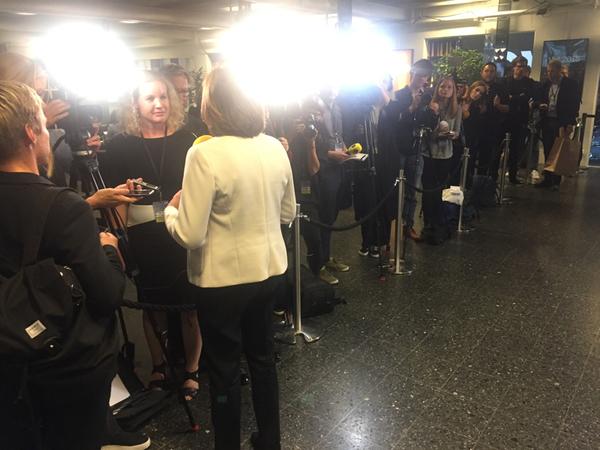 Många journalister står på kö för att intervjua partiledarna på väg in.