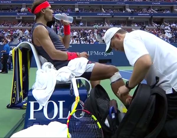 Rafa Nadal pide vendaje de nuevo en la rodilla derecha. En el primer set pasó lo mismo y se lo sacó enseguida con rabia. Masajes en la articulación del fisioterapeuta y Rafa hace muecas de dolor.