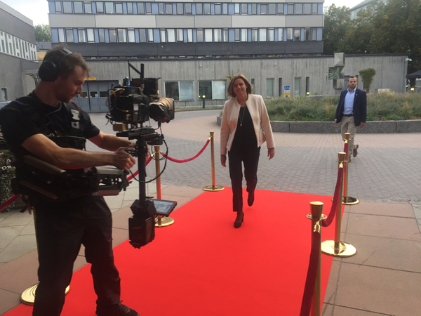 Nu anländer Isabella Lövin (MP)