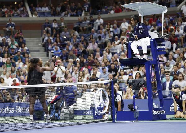 Serena Williams y el juez de silla portugués Carlos Ramos. Lío en la final ganada con justicia por la japonesa Naomi Osaka FOTO: EFE