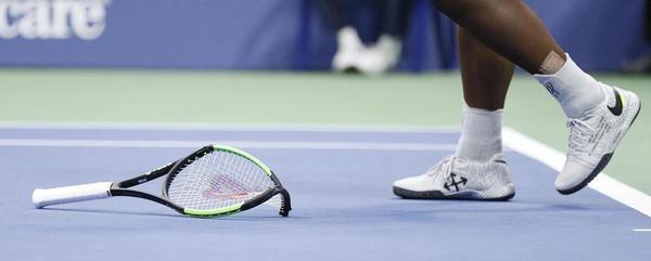 Así quedó la raqueta de Serena Williams tras entregar su saque cuando dominaba 3-1. Fue segundo warning, es decir punto de castigo, luego sería juego de castigo FOTO: AP