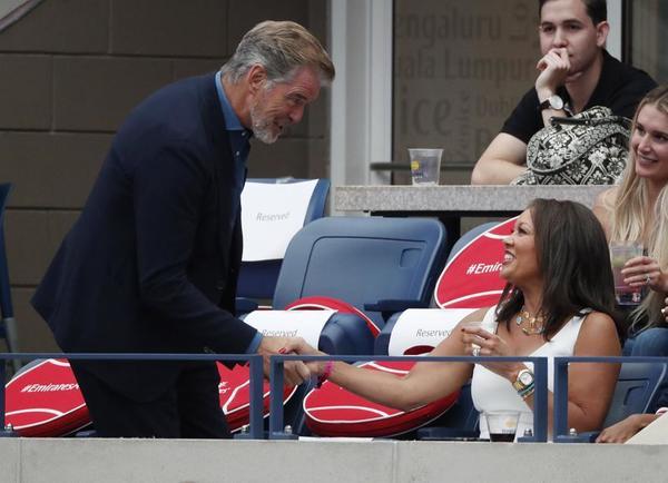 El actor Pierce Brosnan saluda a su colega Vanessa Williams FOTO: AP
