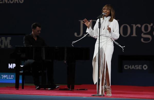 La cantante canadiense Deborah Cox, en los prolegómenos de la final. Serena y Naomi ya calientan antes de comenzar su final FOTO: AP