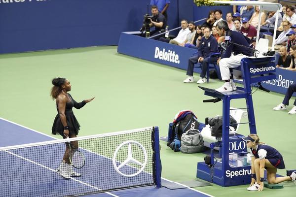 Serena Williams, lío con el juez de silla portugués Carlos Ramos. Ha perdido un punto Serena por doble warning. FOTO: AP