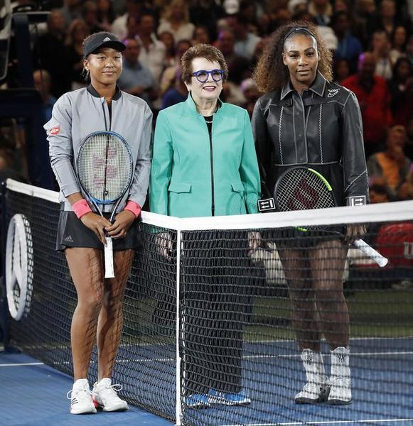 Naomi Osaka y Serena Williams, en el sorteo rodeando a otra grande, Billie Jean King, que da nombre al complejo que acoge este torneo de Grand Slam FOTO: EFE