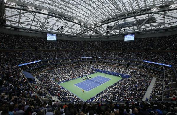 Impresionante vista del Arthur Ashe Stadium, con capacidad para 24.500 espectadores. TECHO CERRADO porque llueve en Nueva York FOTO: AP