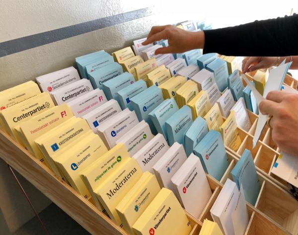 Kungsholmen. Trängsel vid valsedlarna - något som kritiserats av internationella valobservatörer efter förra valet. Foto: Stefan Bokström, SVT