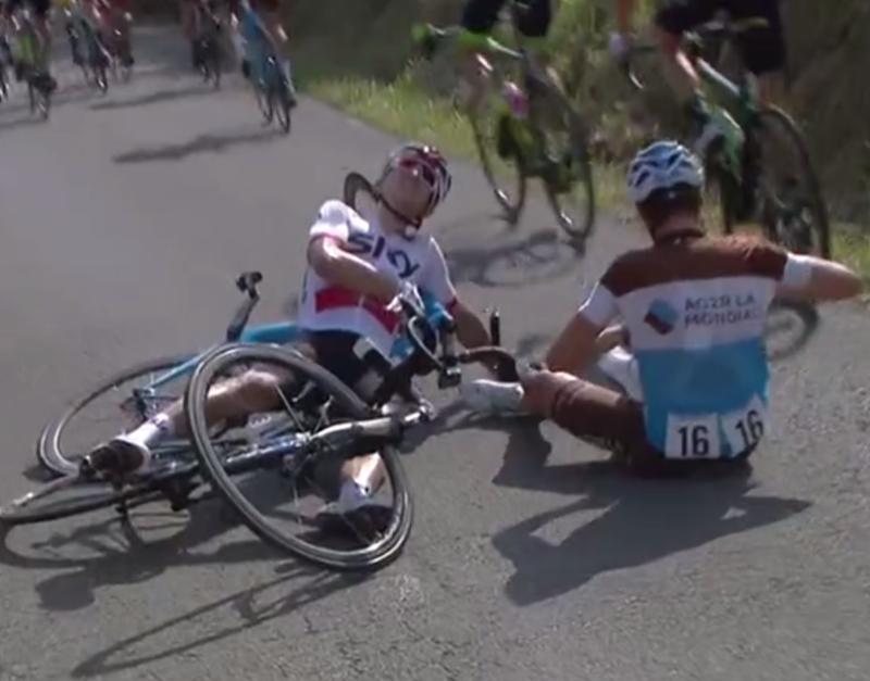 El polaco y el francés se engancharon en un tramo de carretera estrecho y se fueron al suelo